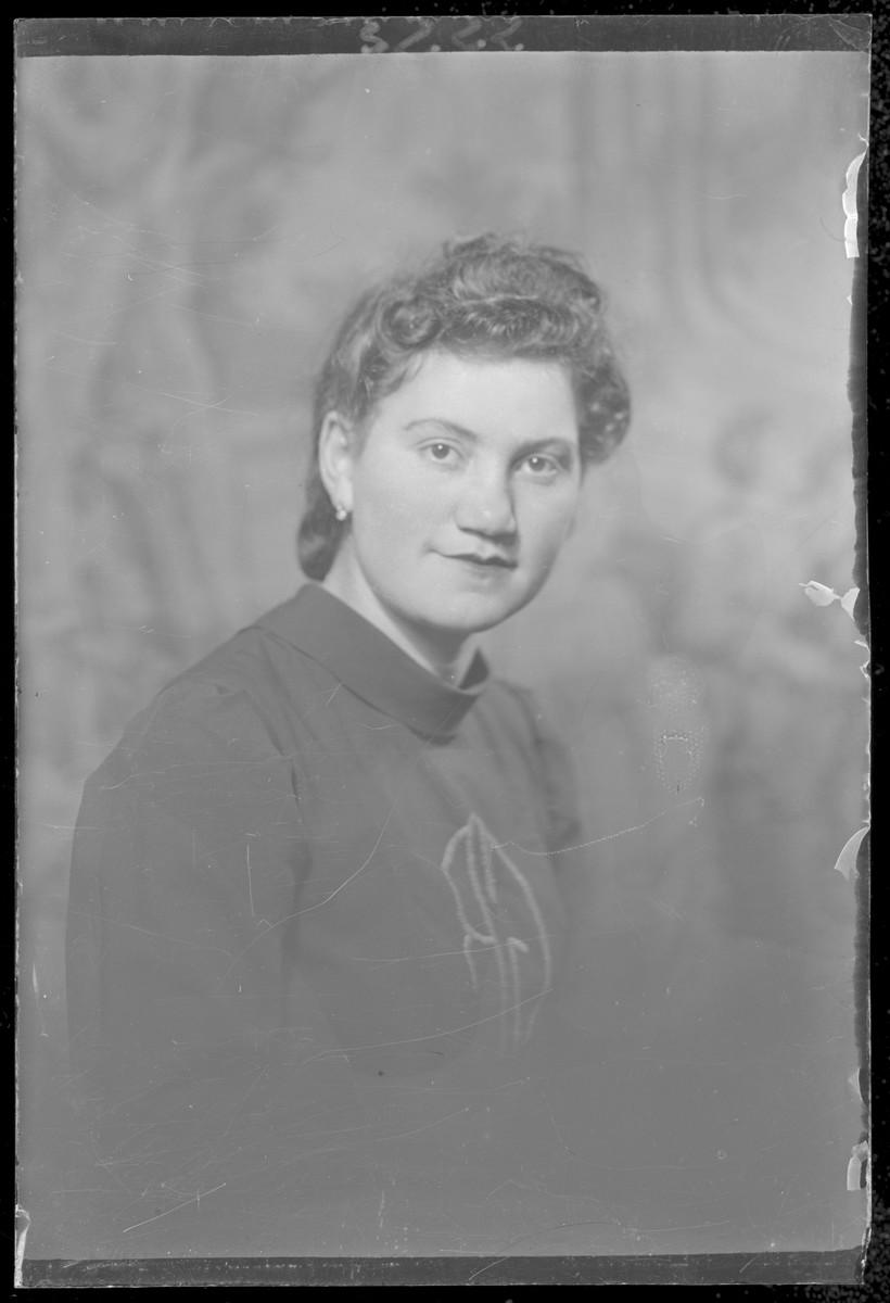 Studio portrait of Rozsi Goteszman.