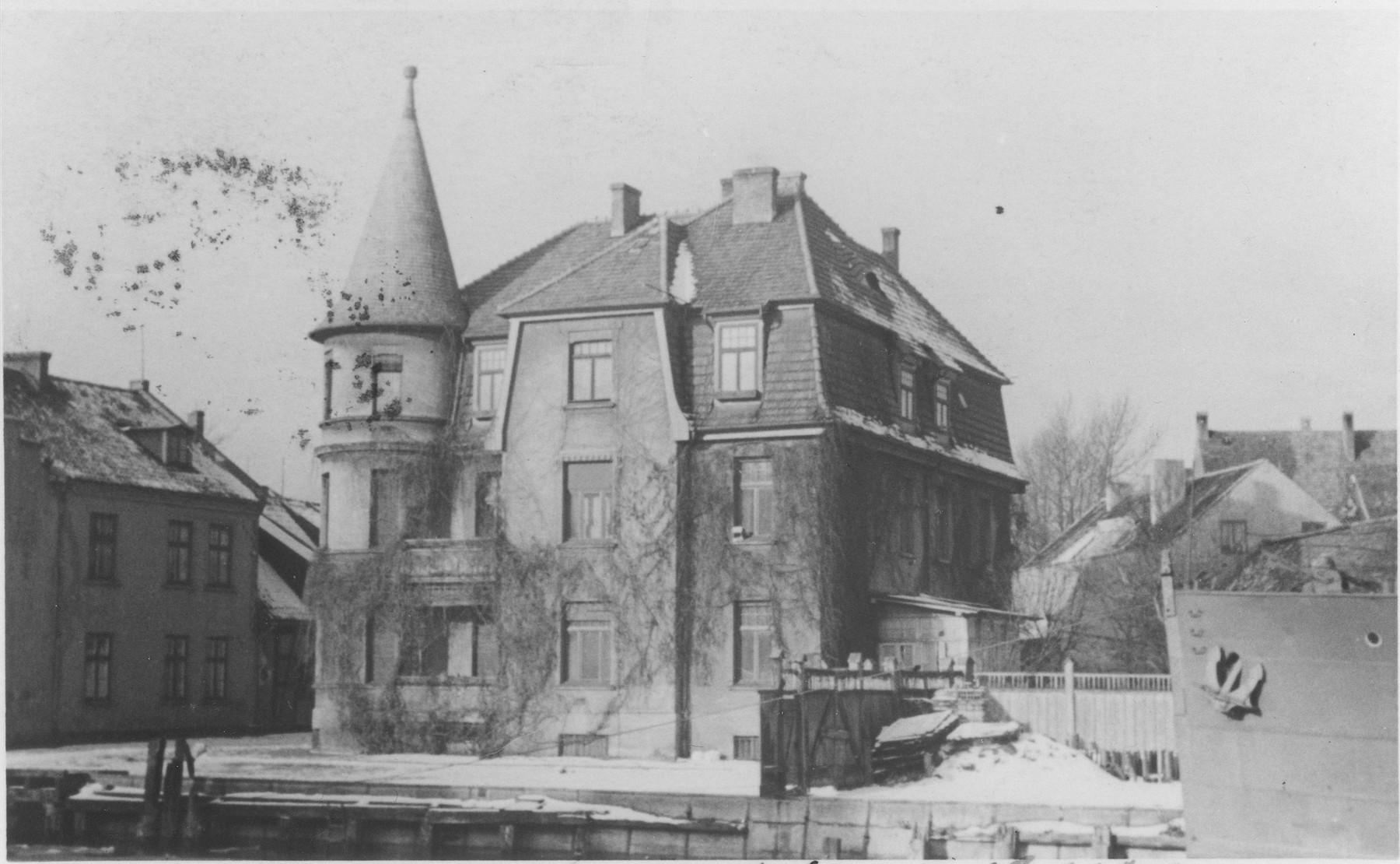 View of the Segalowitz family home in Memel.  They lived on the middle floor.