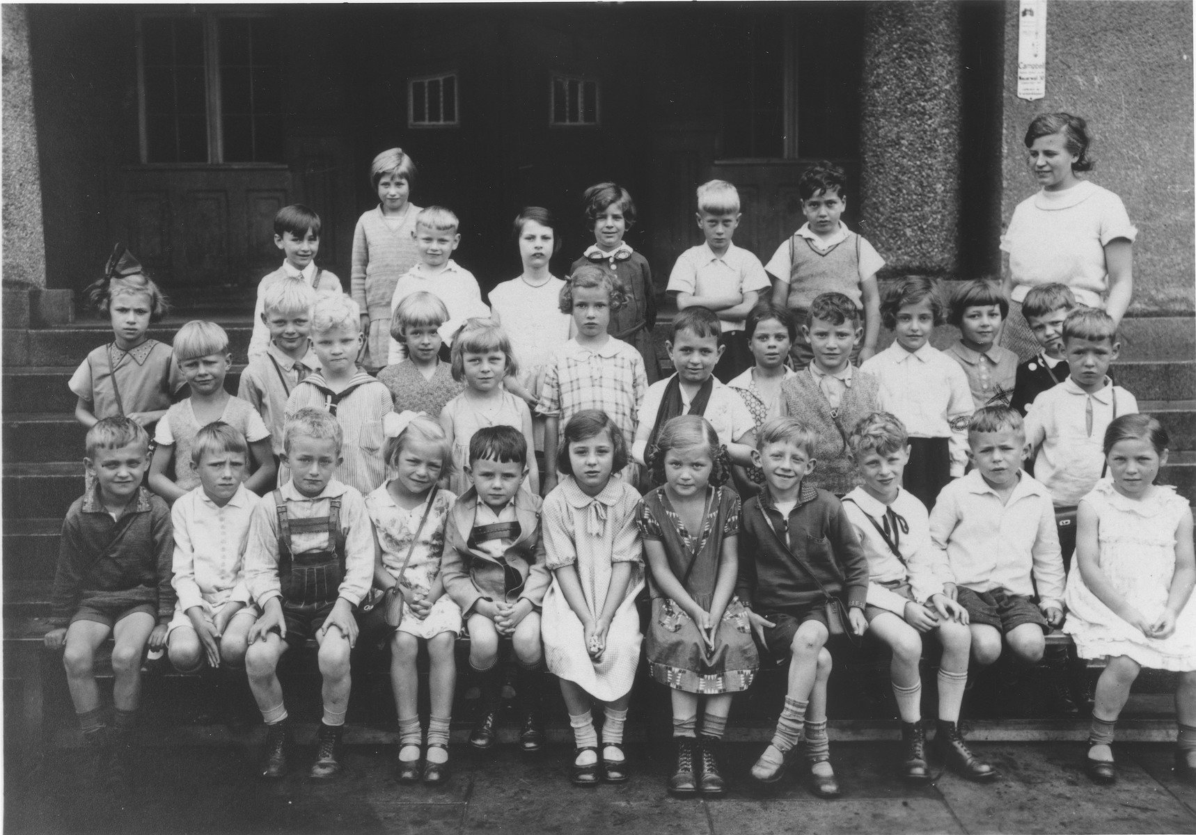 Group portrait of the first grade class of a Hamburg elementary school.    Eva Rosenbaum is standing in the back row, third from the right.