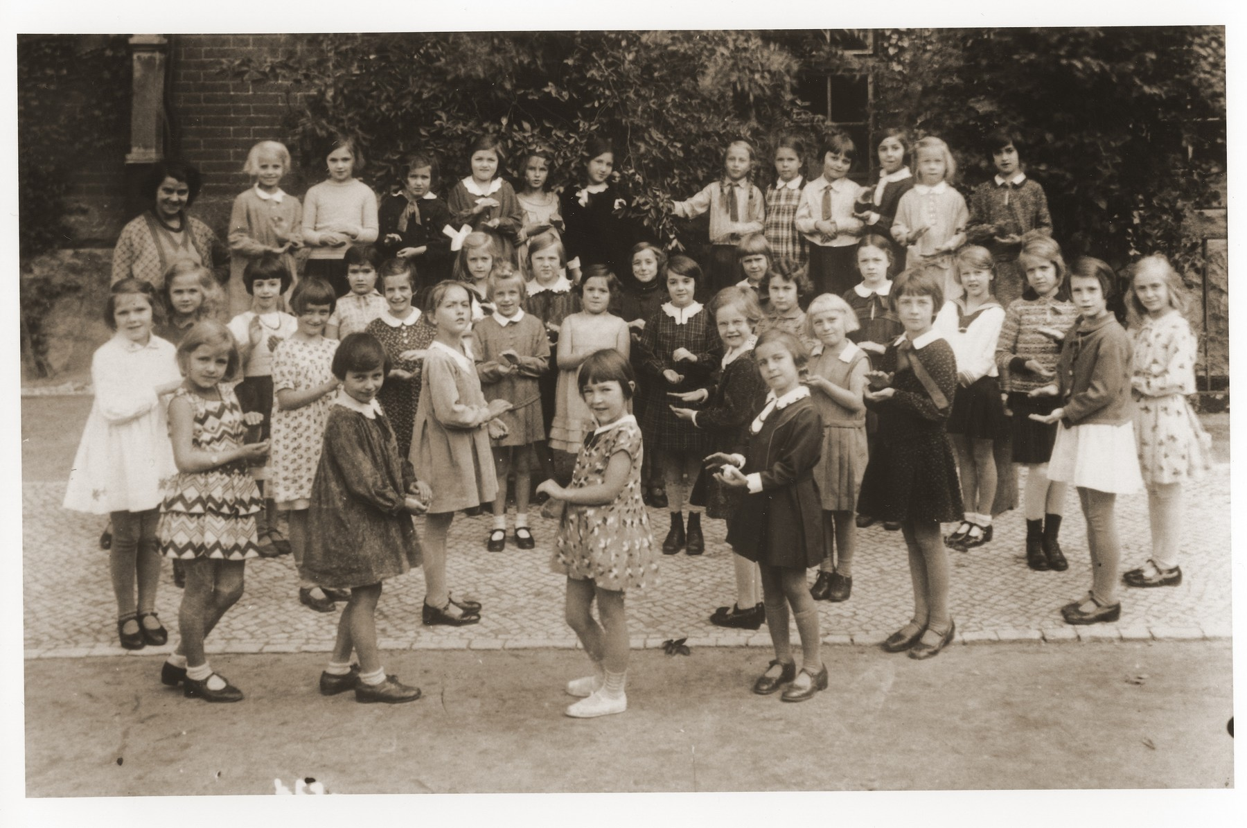 Group portrait of pupils in the yard of the Szbelstrasse elementary school in Berlin.  Among those pictured is Ursel Glasfeld.