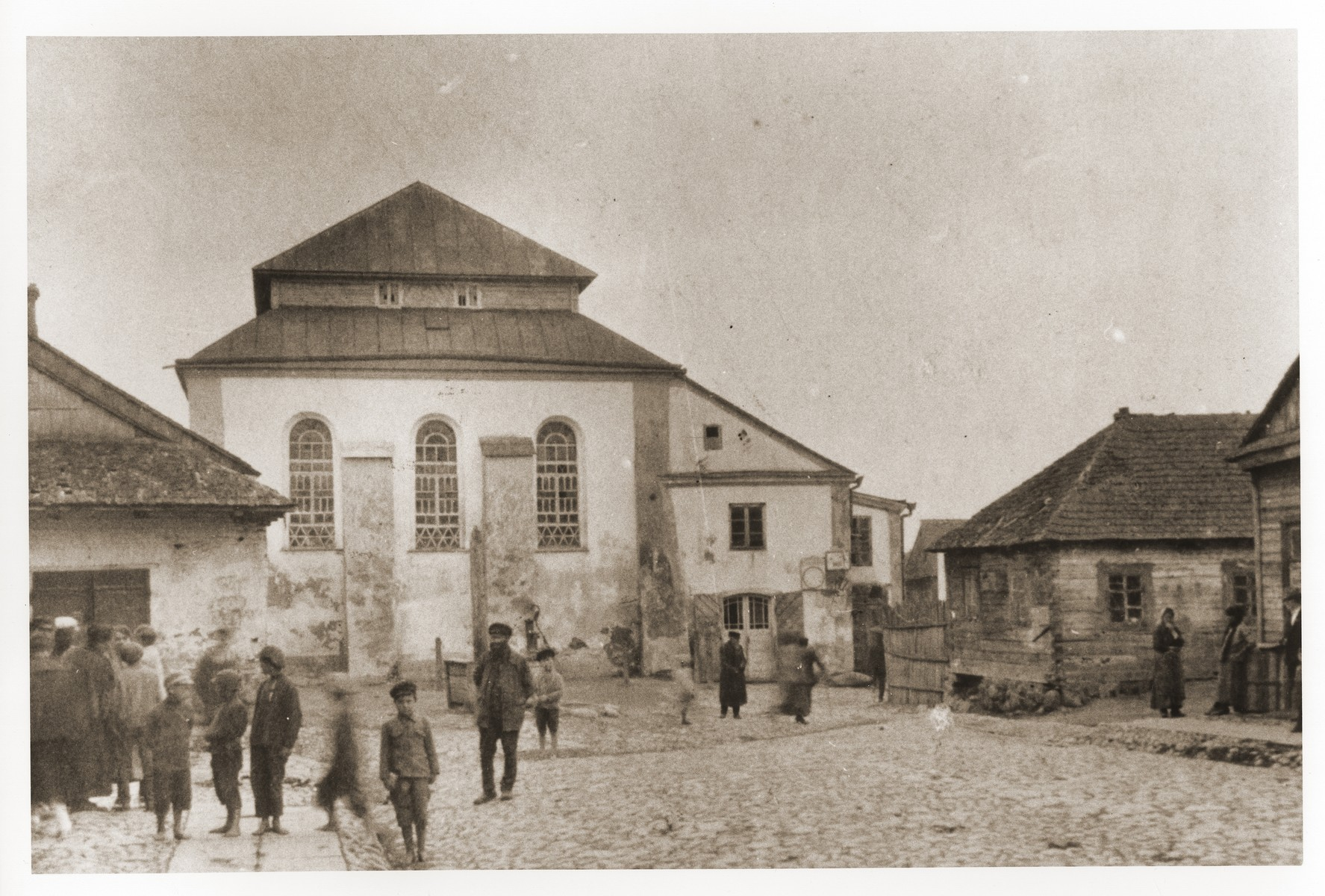 Children and adults congregate outside the Nieswiez synagogue.