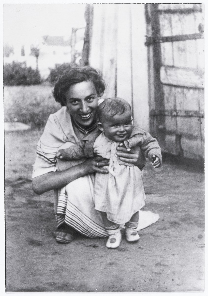 Cypora Cypa Jablon Zonszajn crouches down next to her daughter, Rachel Zonszajn, in the Siedlce ghetto.