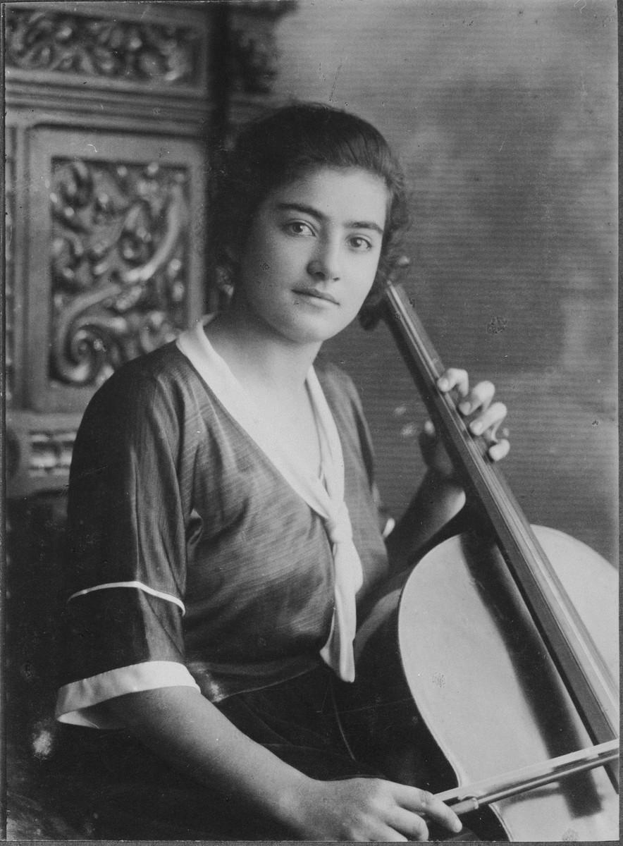 Studio portrait of Frieda Belinfante with her cello.