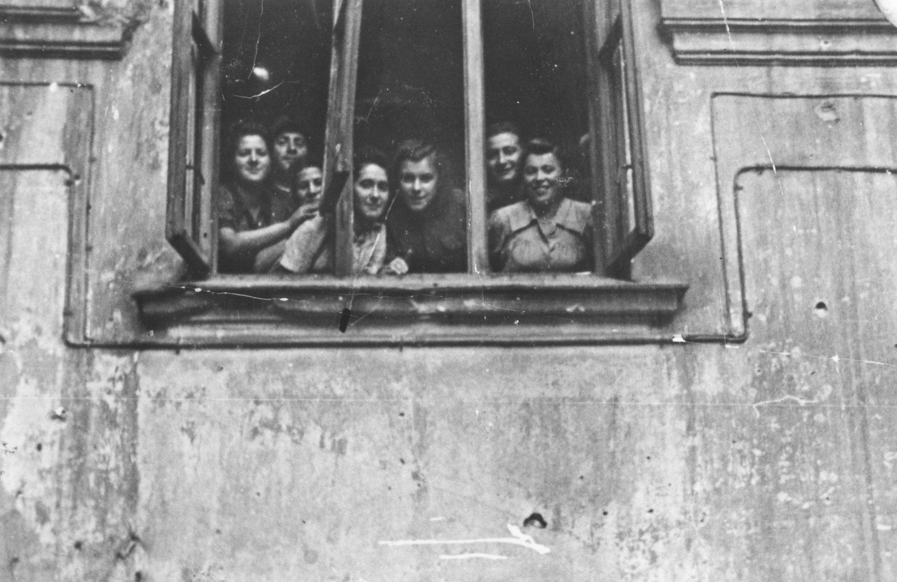 Members of the Kibbutz Ichud hachshara look out of the window of their Warsaw apartment.  Among those pictured are Sara Fiszman, Zosia, Hela Iwaniska, Hanka and Morris.