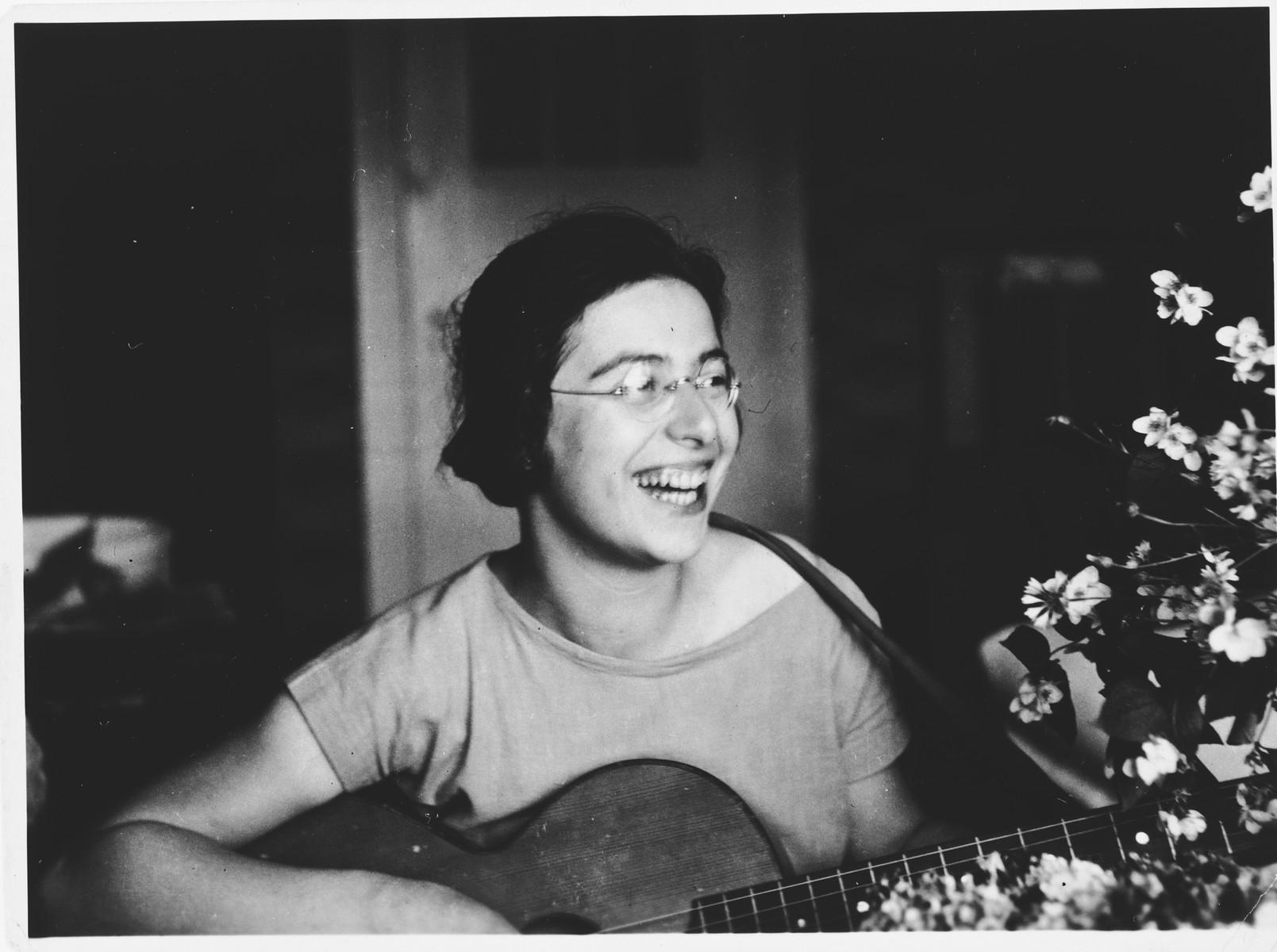 Berta Spiro plays her guitar.
