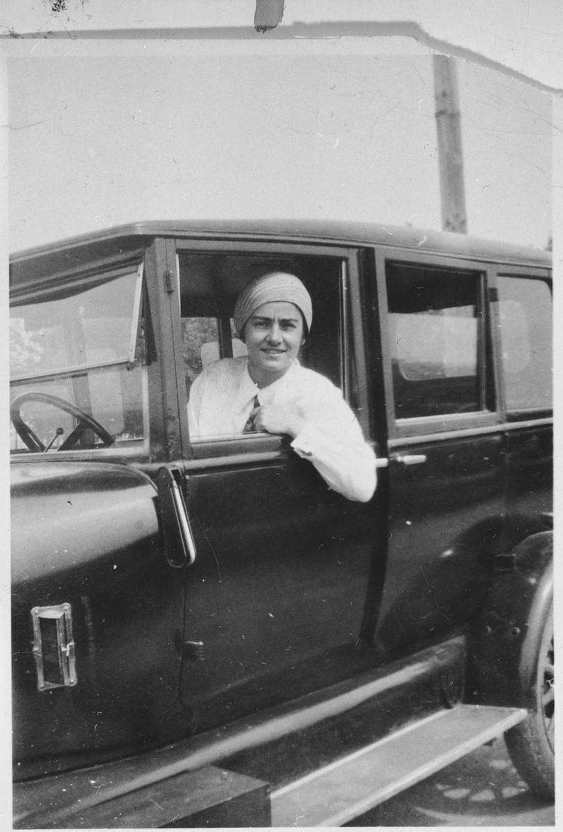 Frieda Belinfante leans out the window of her car.