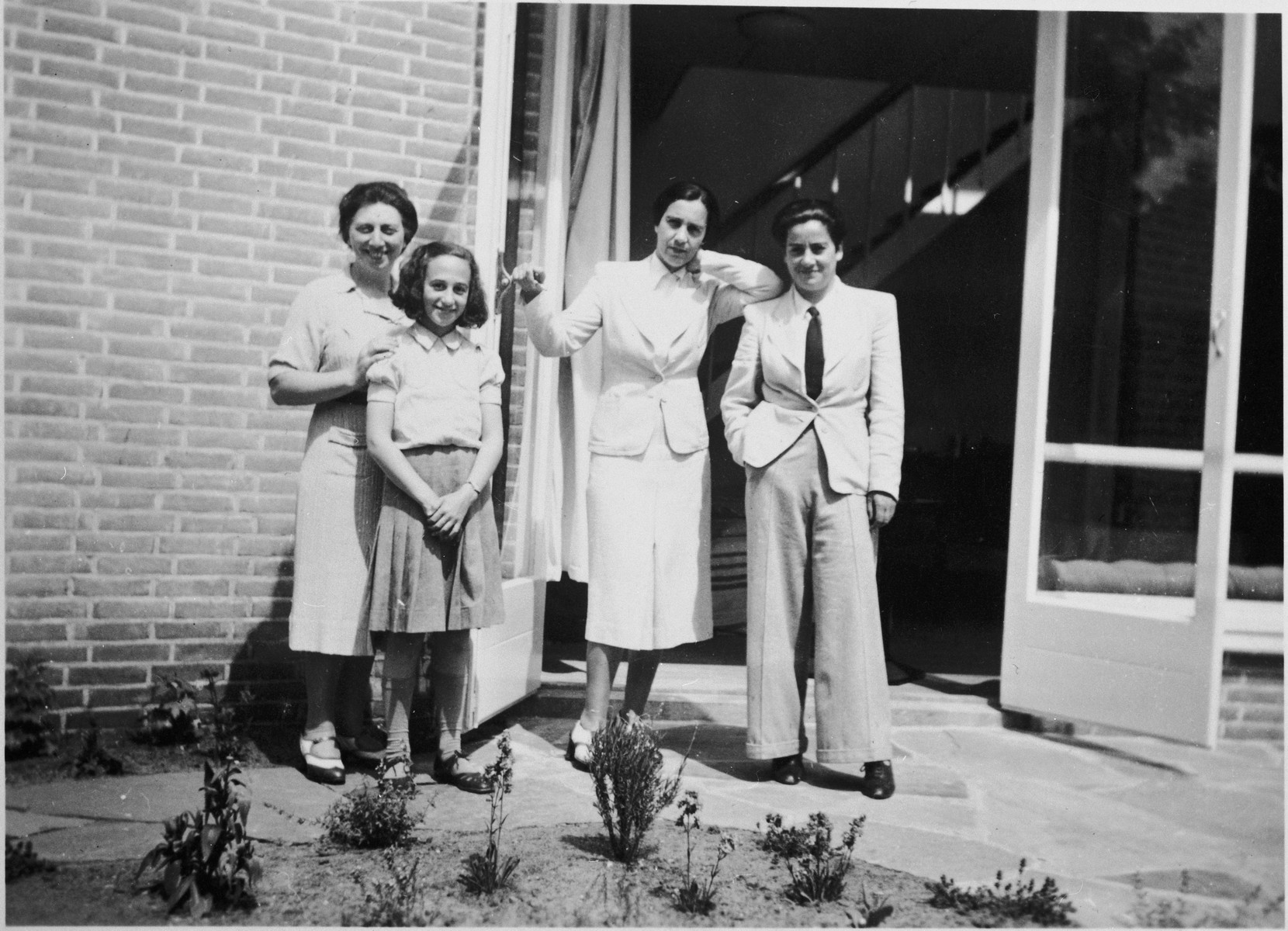 Frieda Belinfante (far right) poses with three friends before the war.    Pictured next to Frieda Belinfante is the painter Dorry Kahn.  Belinfante later helped to find a hiding place for her and her family.