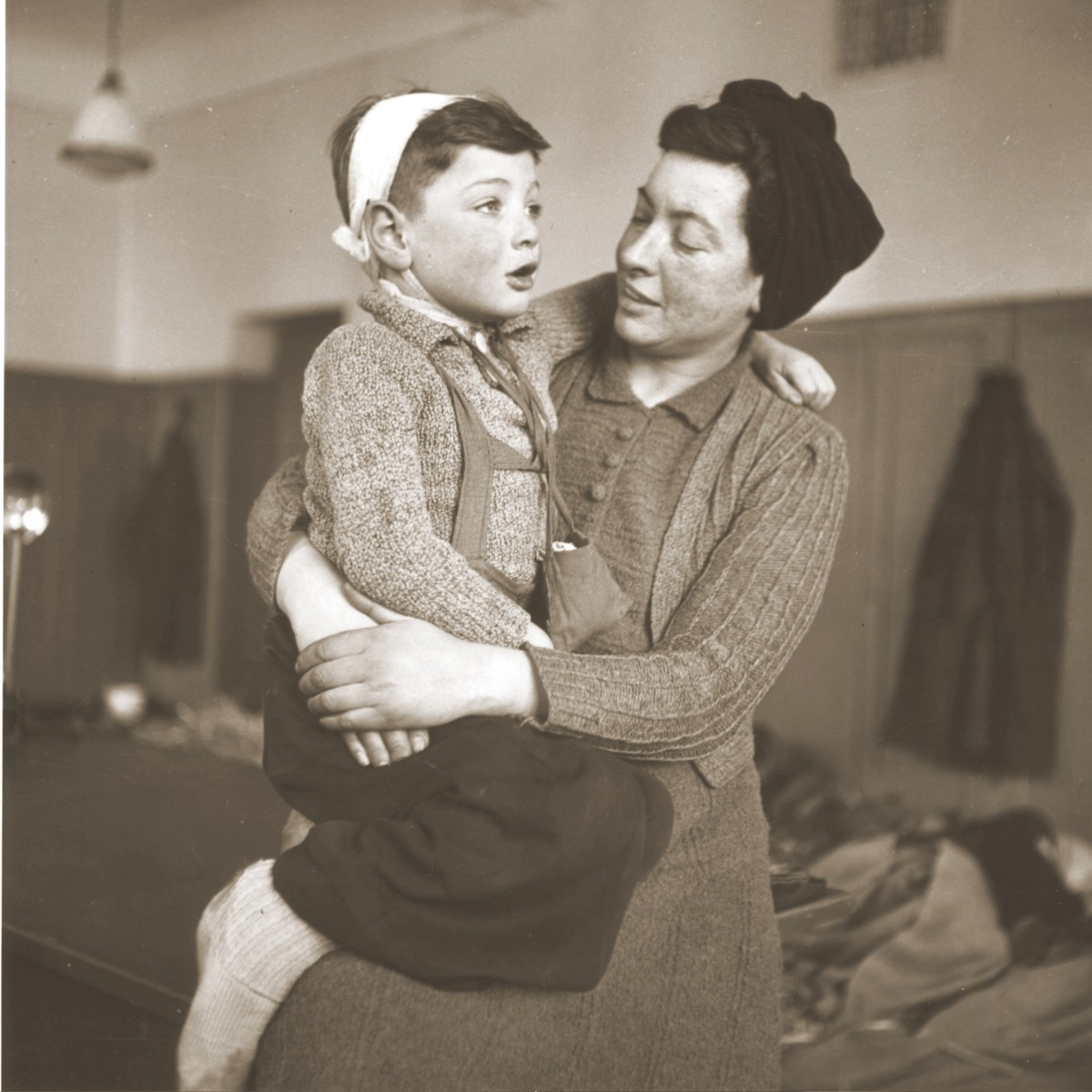 Portrait of a Jewish woman and child in the Hadwigschulhaus in St. Gallen.