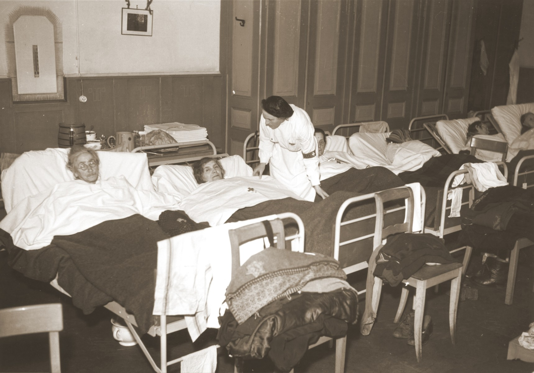 Elderly Jewish women rescued from Theresienstadt receive medical care in the Hadwigschulhaus in St. Gallen.