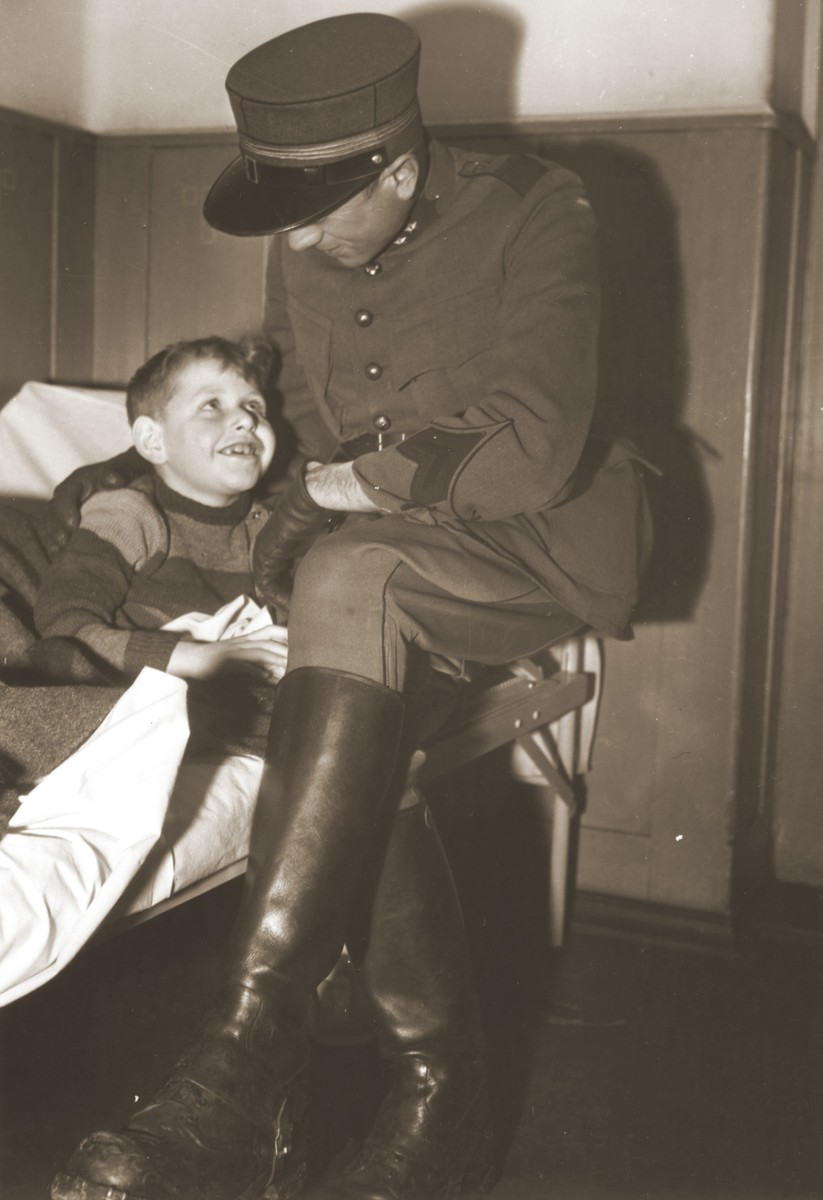 A Jewish boy, who is recuperating in the infirmary of the Hadwigschulhaus in St. Gallen, is visited by a Swiss Army reservist.