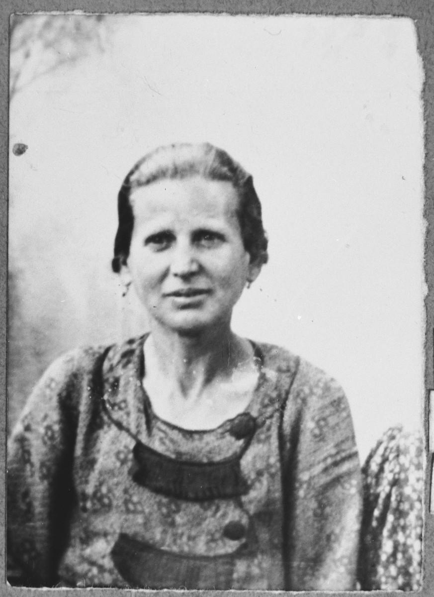 Portrait of bohora Koen, [wife of Yosef Koen].