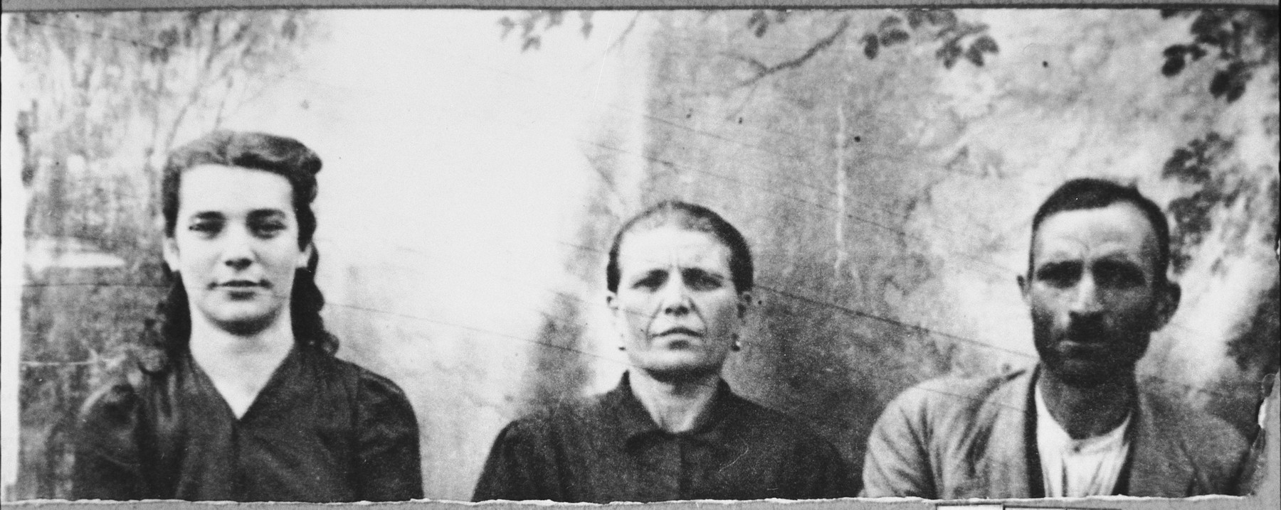 Portrait of Yosef (M.) Levi, his wife, Sara, and his daughter, Ana.  Yosef was a second-hand dealer, Sara was a laundress and Ana, a housemaid.  They lived at Novatska 19 in Bitola.