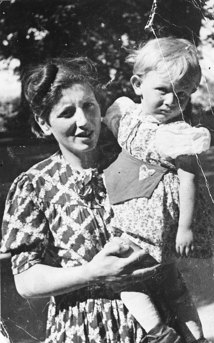 Portrait of Sabina Aschkenase and her daughter Lucia taken in Soviet-occupied Lvov.