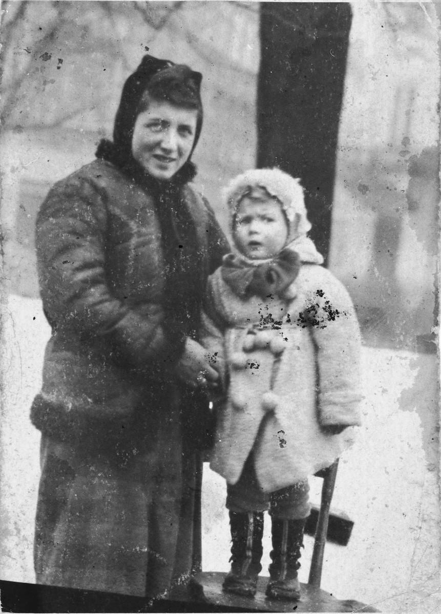 Prewar portrait of Dworje Rein and her daughter Lea bundled in winter coats.