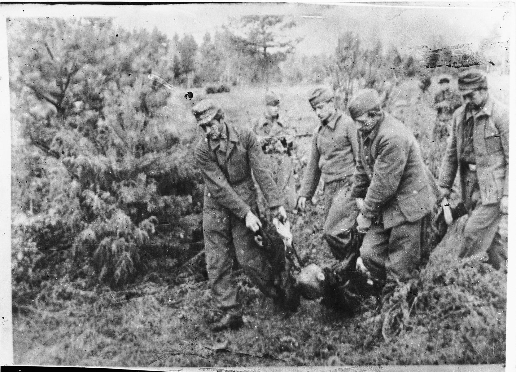 German POWs burying the corpses of Klooga prisoners.