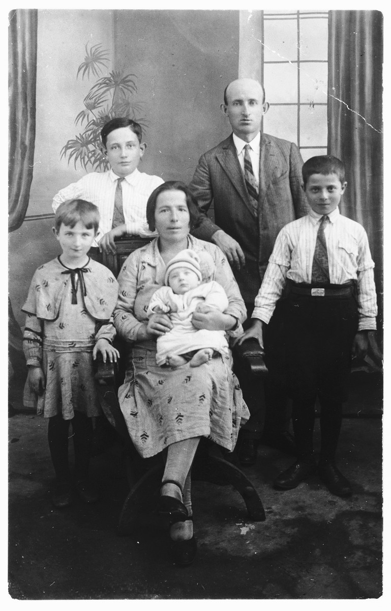 Studio portrait of the Kuperwasser family in prewar Zelow.