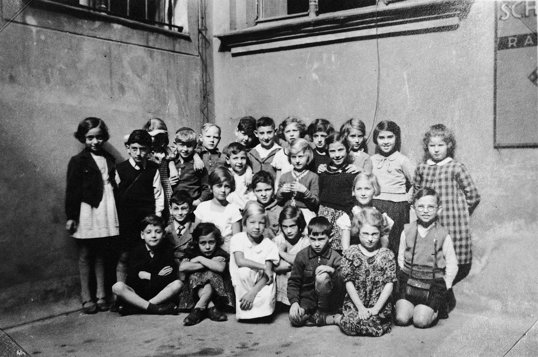 Group portrait of children in the Juedische Folshule in Stettin.