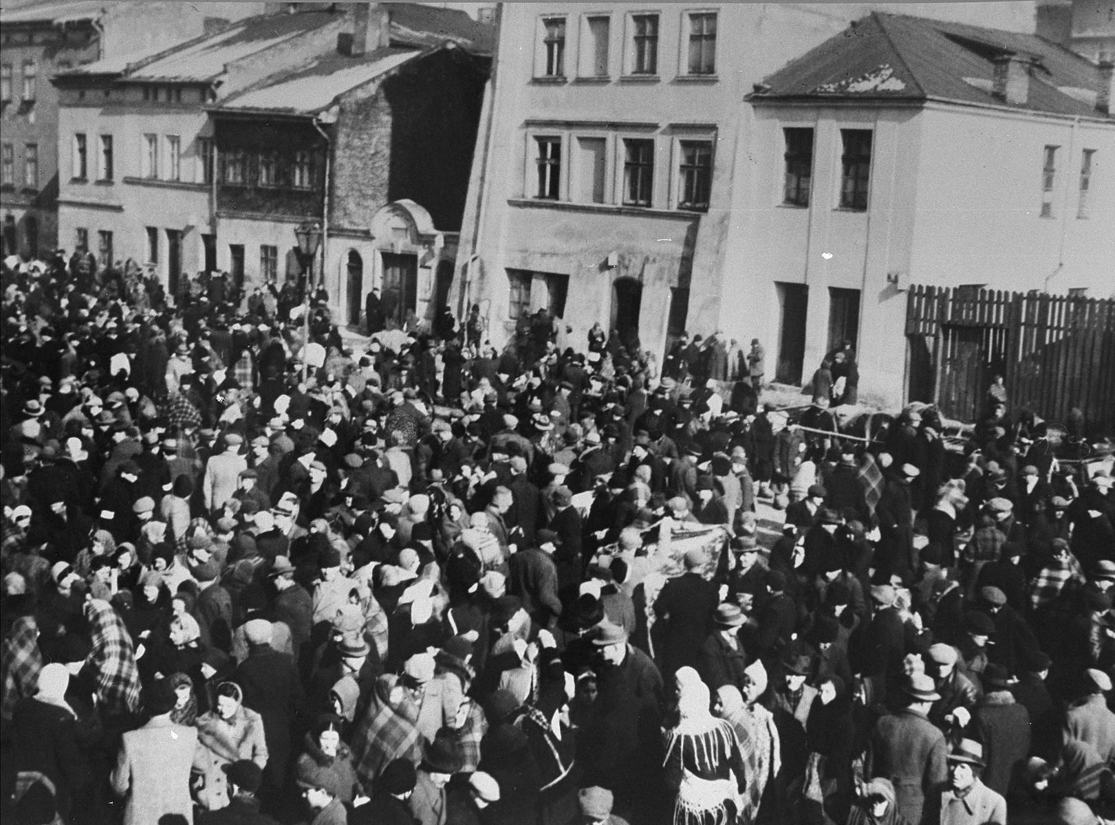 A crowd of Jews fill the market square in t Szeroka, Kazimiersz.