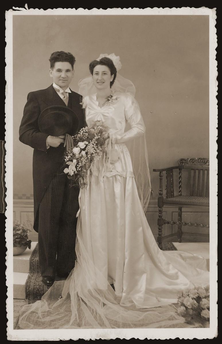 Wedding portrait of Bep Meijer and Sallie Zion in Boekelo.