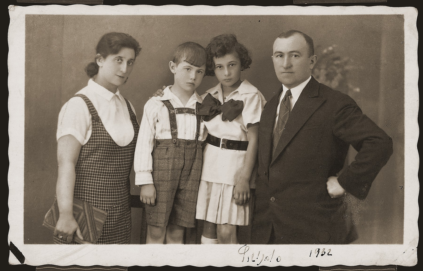 Studio portrait of the Szpira family in Sosnowiec, Poland.  Pictured are Aron and Estusia (Szwajcer) Szpira and their two children.