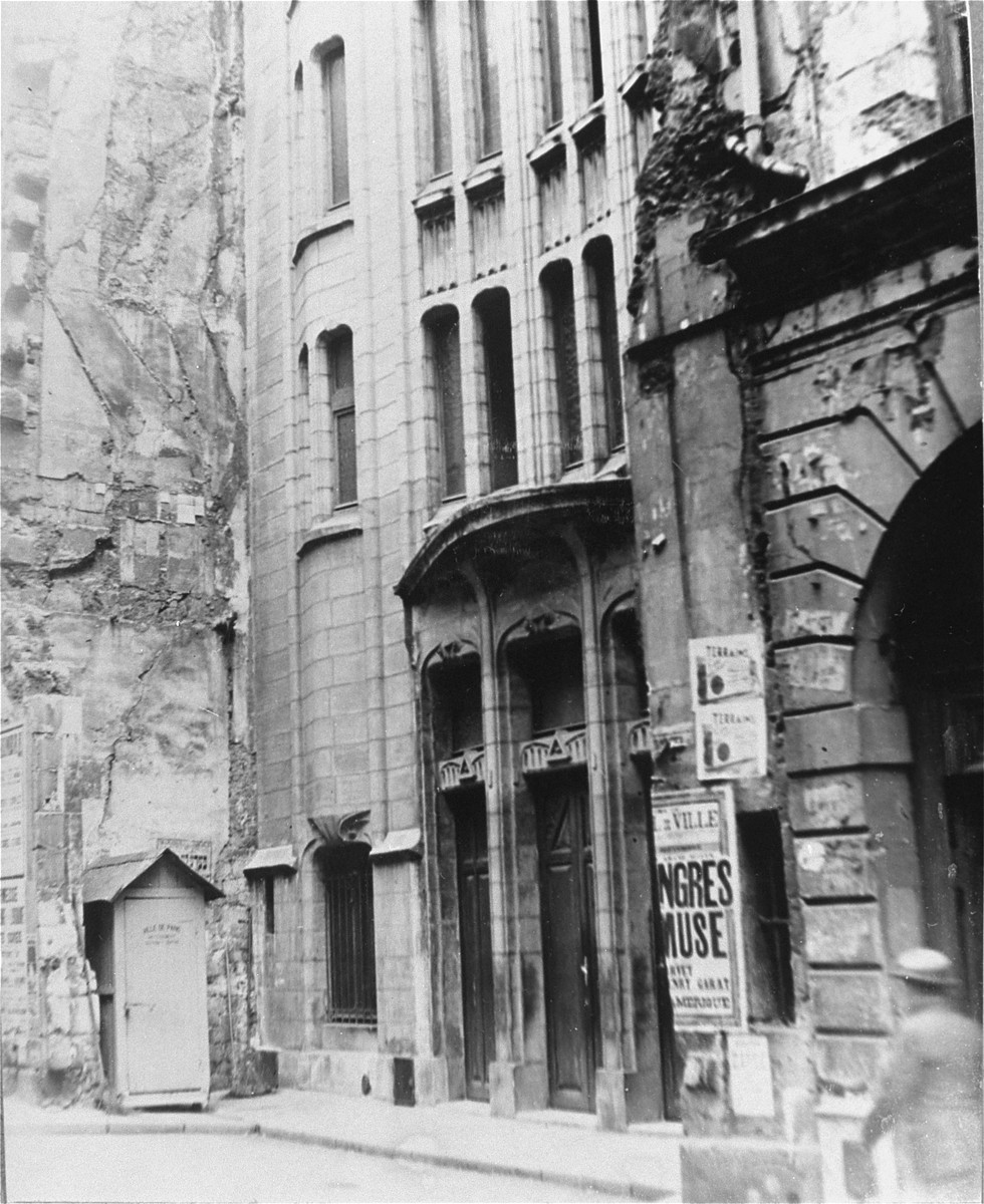 View of a Paris synagogue on Yom Kippur.