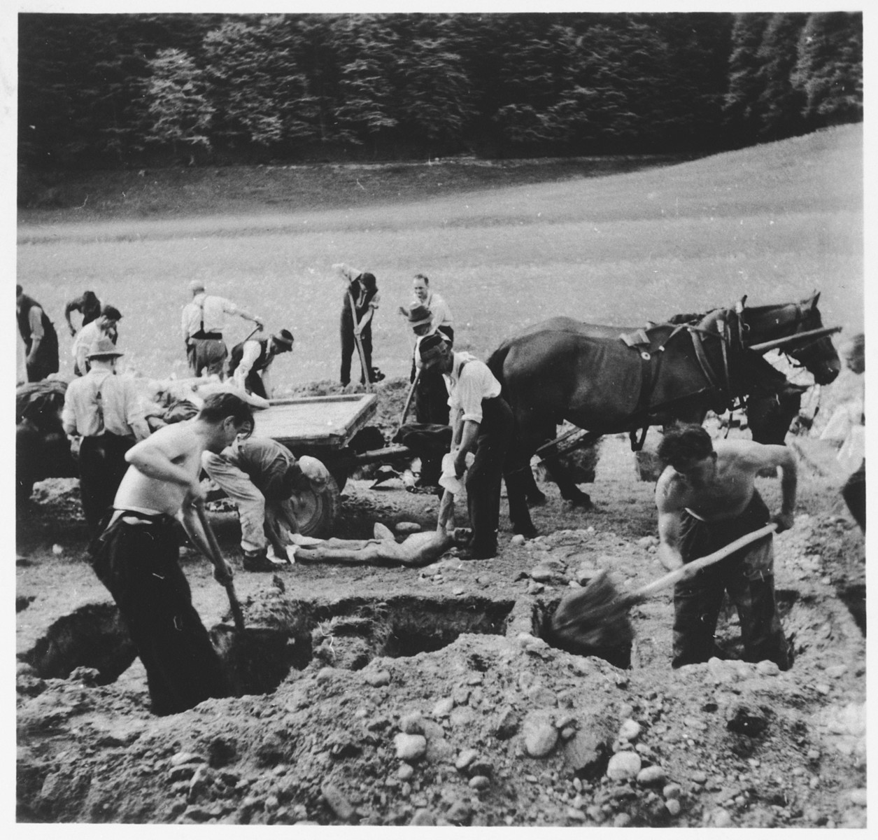Austrian civilians bury the corpses of those who perished at Ebensee.