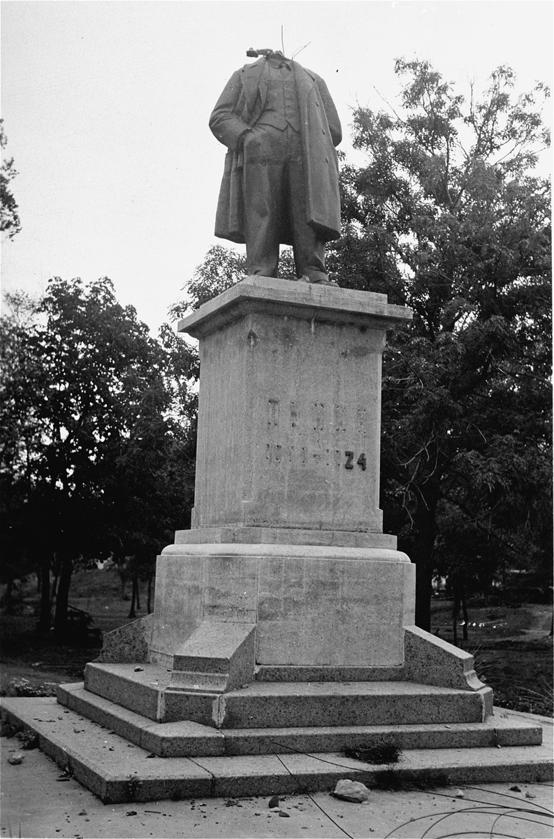 A statue of Lenin destroyed by German troops.