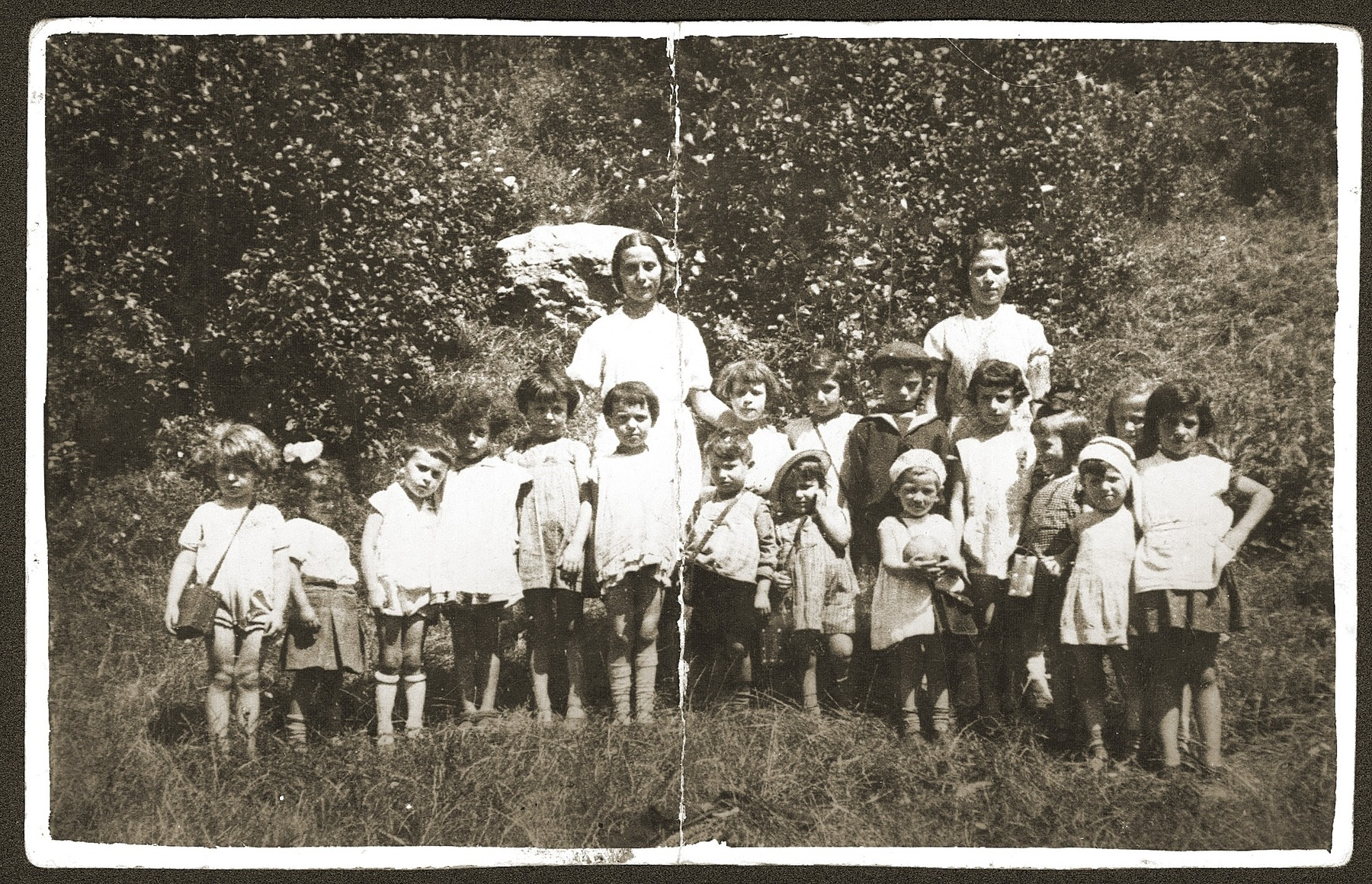 Group portrait of Jewish children from a Bedzin kindergarten on a school outing at the Gorka Zamkowa (Bedzin castle).    Among those pictured is Fela Fiszel (front row, first on the right).
