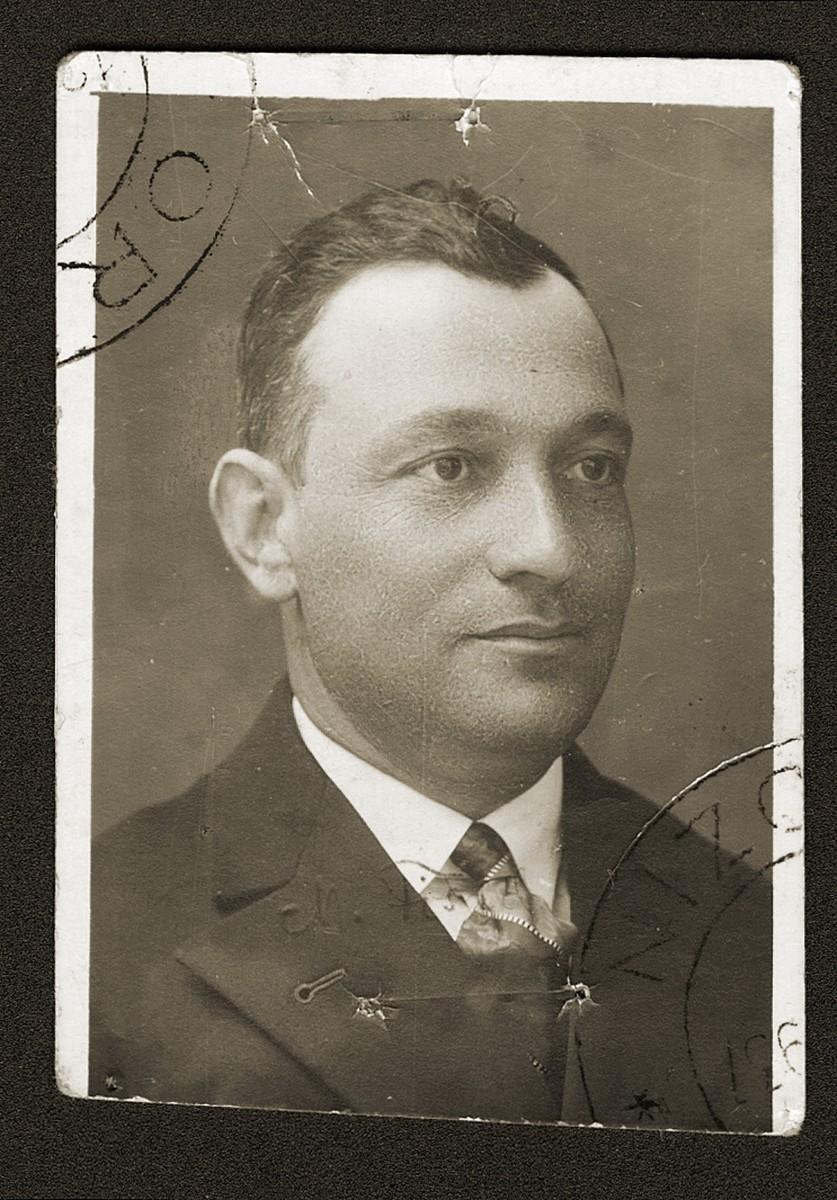 Identification card photograph of Mosze Fiszel.