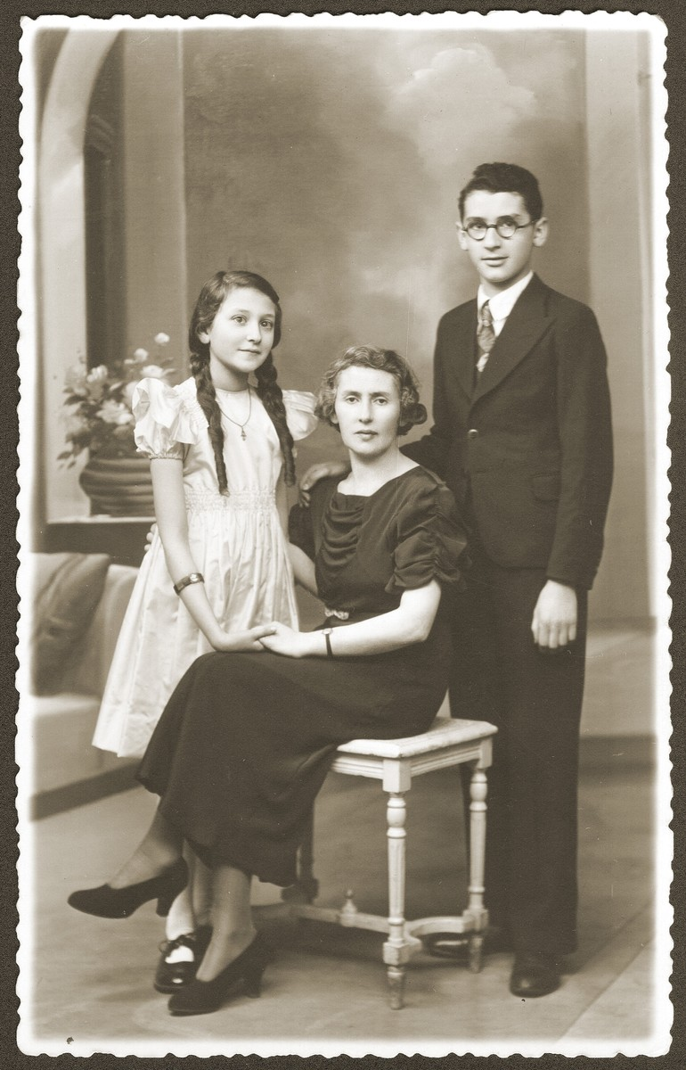 Formal portrait of Dworja Raca Rubinsztejn, left, with her mother, Chaya, and her brother, Armand.