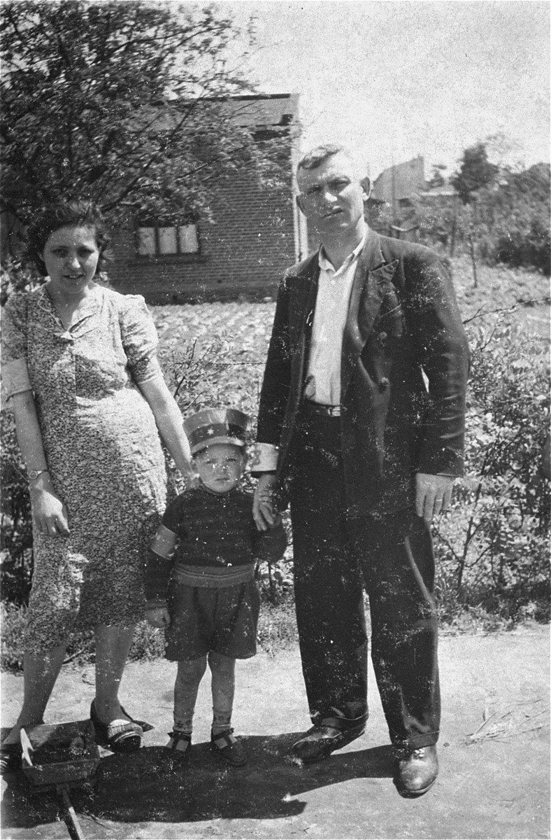 Jacob Jachimowicz with his wife and son in the Piotrkow Trybunalski ghetto.  Jacob is the brother of Binem Jachimowicz.