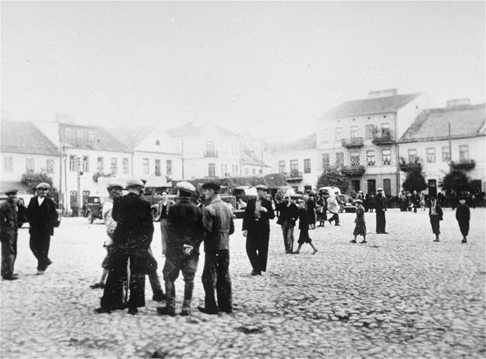 Jews are gathered in the town square of Raciaz.