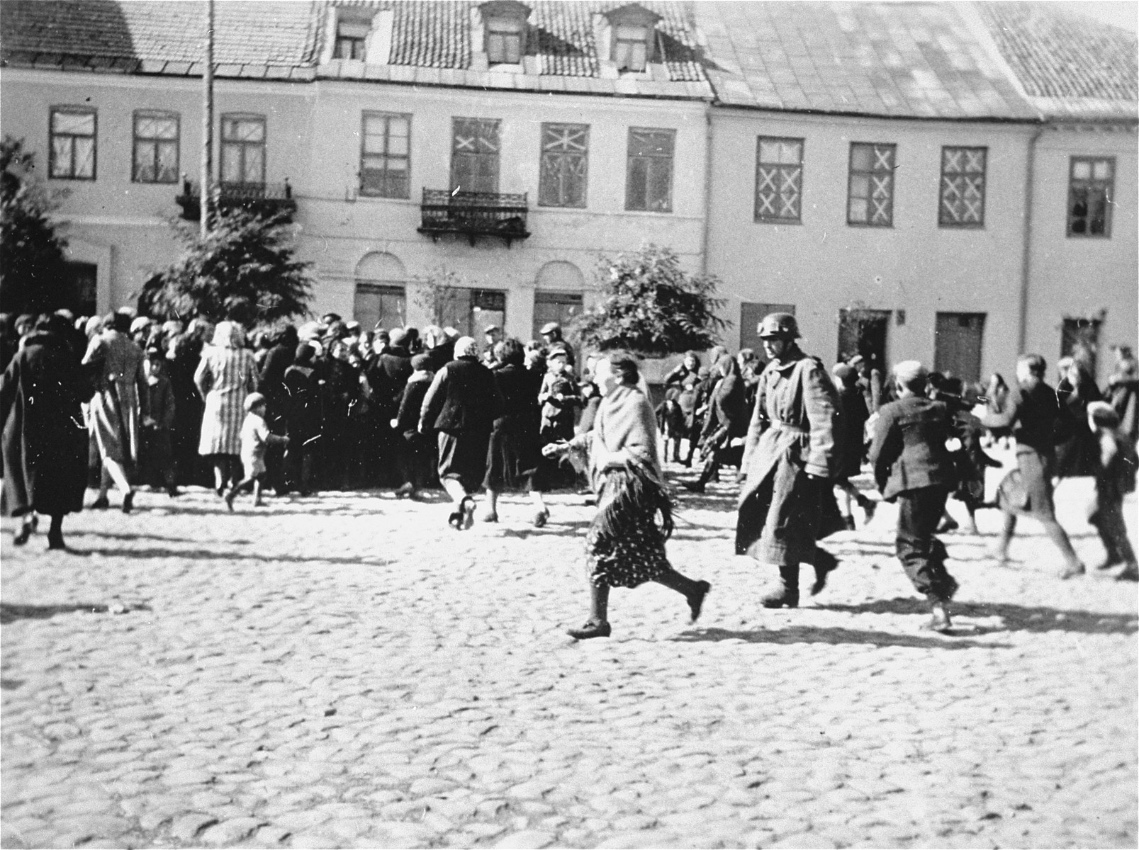 Jews are hurrying to a section of the town square in Plonsk where they have been forced to assemble.