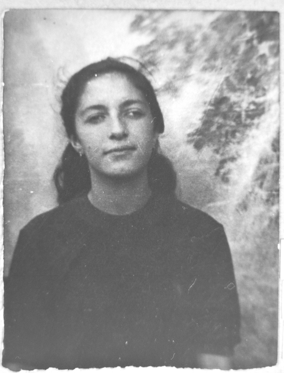 Portrait of Ester Nachmias, daughter of Isak Nachmias.  She was a student.  She lived at Dalmatinska 67 in Bitola.