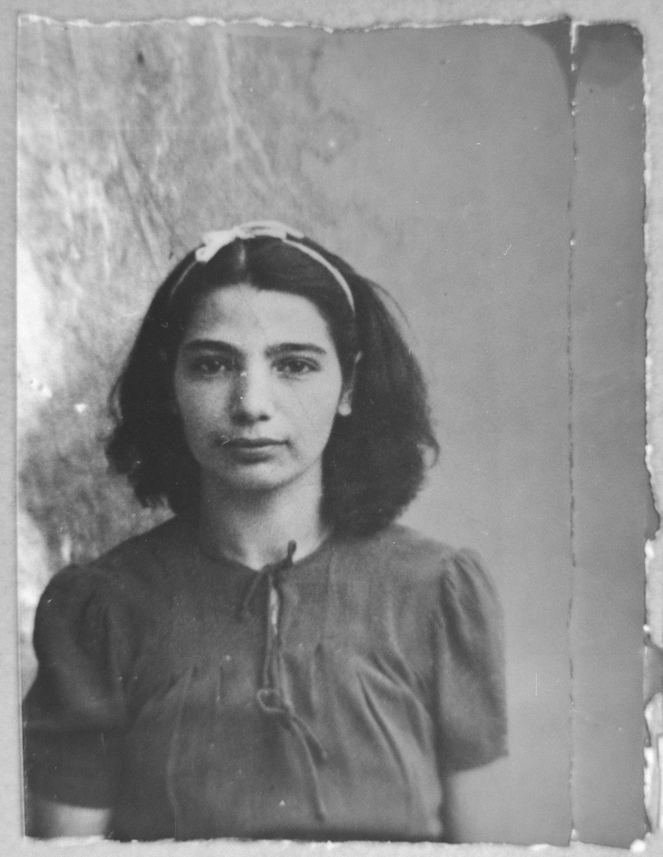 Portrait of Ester Nachmias, daughter of Yosef Nachmias.  She was a student.  She lived at Gligora 16 in Bitola.