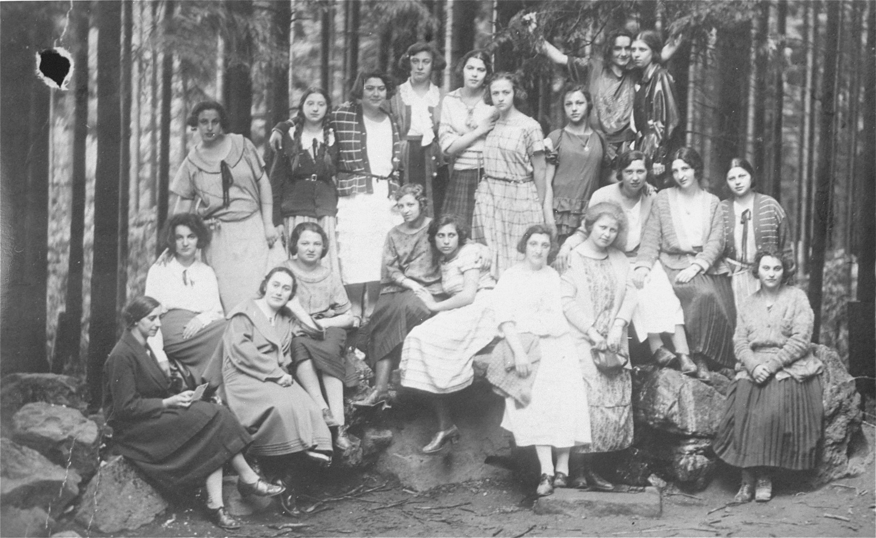 Group portrait of students from the Rosenthaler school for religious girls (Frankfurt am Main) on a class trip to Heidelberg.  The donor, Magda Herzog is pictured seated in the second row, second from the left (behind the woman who is leaning on one arm).