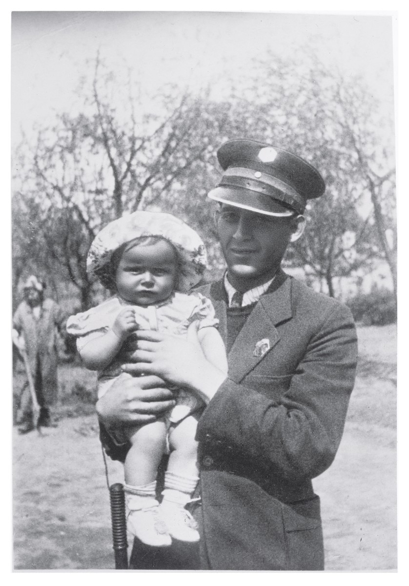 Jakub Zonszajn poses with his baby daughter Rachel in the Siedlce ghetto.