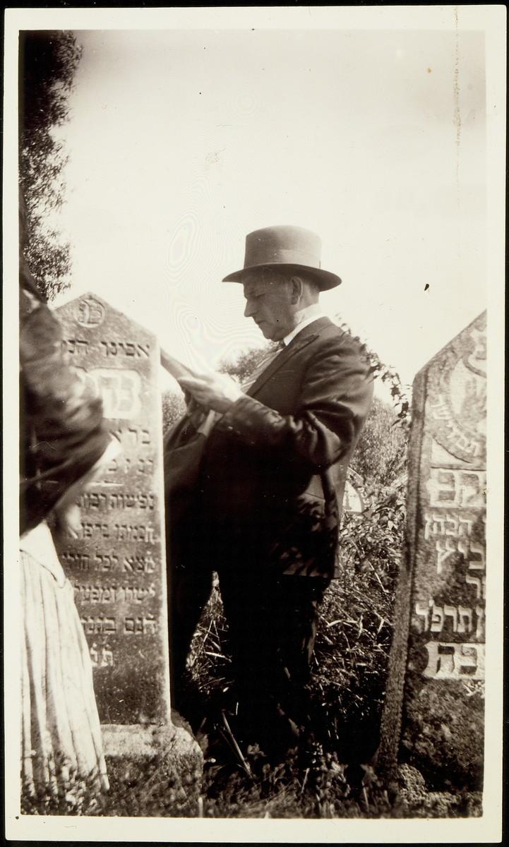 Anshel Virshubski prays at the grave of his father, Nehemia Virshubski (der Feldsher).