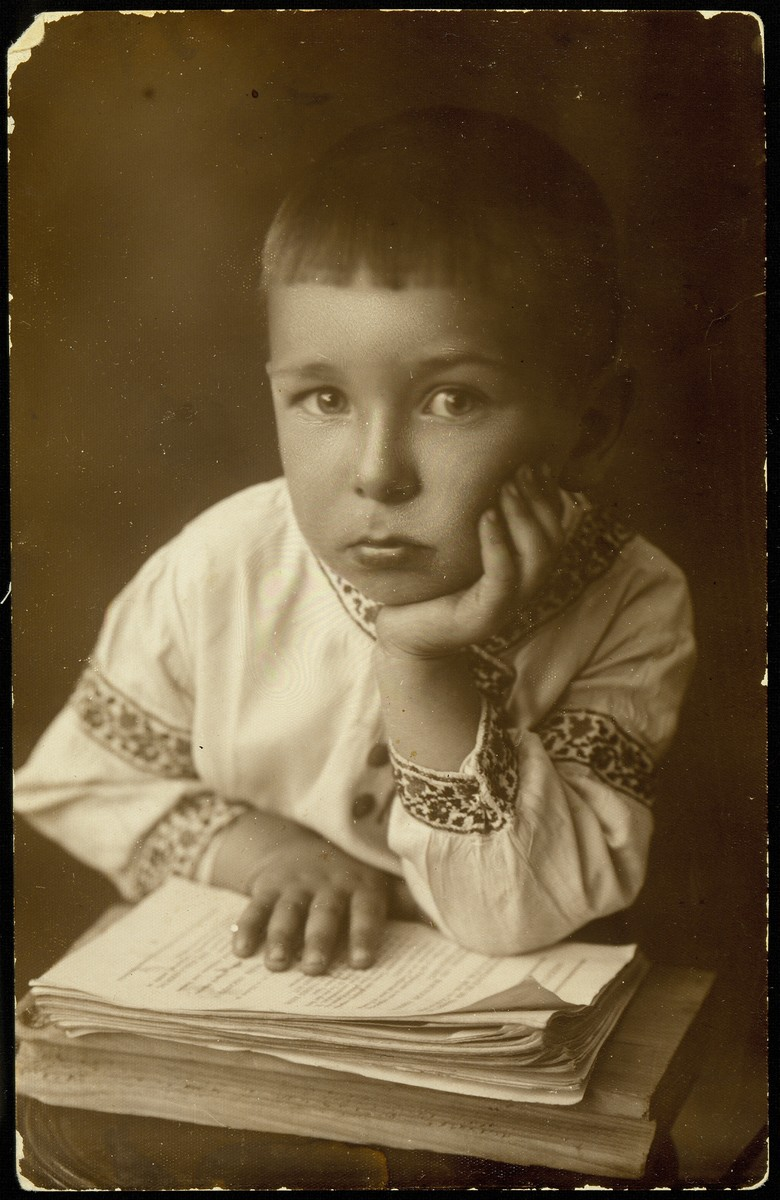 Studio portrait of a young Jewish boy in Eisiskes.  Pictured is Yankele Kaganov (b. 1932).  Together with his parents, he immigrated to Palestine before the war, and subsequently to the United States.  He was an inventor and the last surviving member of the Kaganov family.