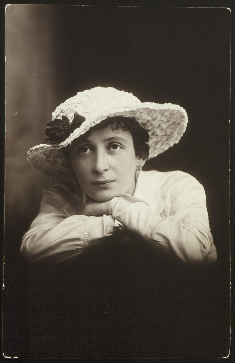 Close-up photograph of a young woman in a hat sent to a friend in Eisiskes with New Year's greetings.   Pictured is Feigele Yantzen, a girl from Nacha. Her fate is unknown.  The photograph was taken by H. Glauberman.