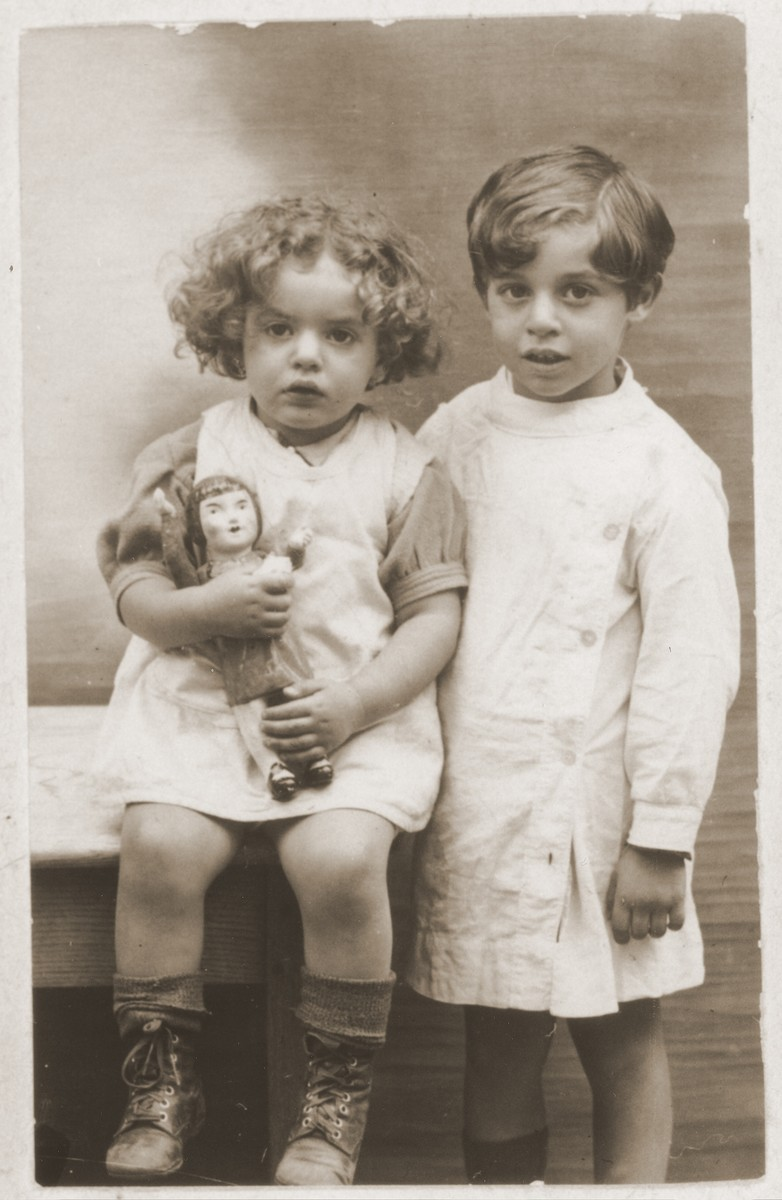 Portrait of a Jewish brother and sister in France.  Pictured are Rajzl and Szlojme Dresner, relatives of the donor, Szlama Kleiner.