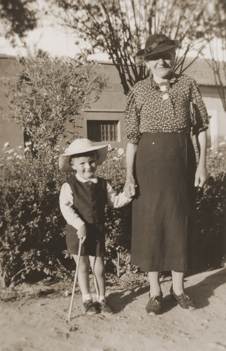 Leo Spitzer with his grandmother Carolina Spitzer in Cochabamba.