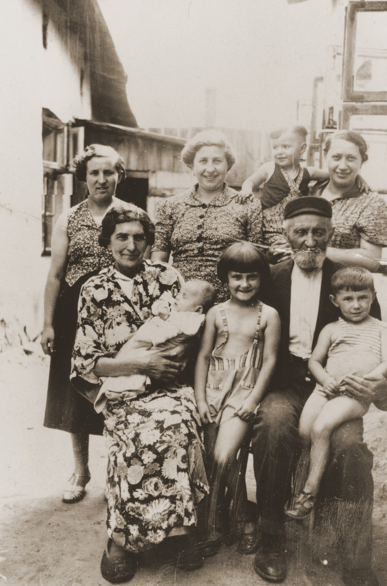 Group portrait of the extended Broda family in Zarki.  Pictured are Berl and Hanna Gitel Broda, their daughters Elka and Shaindel Broda, and their grandchildren Salusia and Wolf Goldblum.