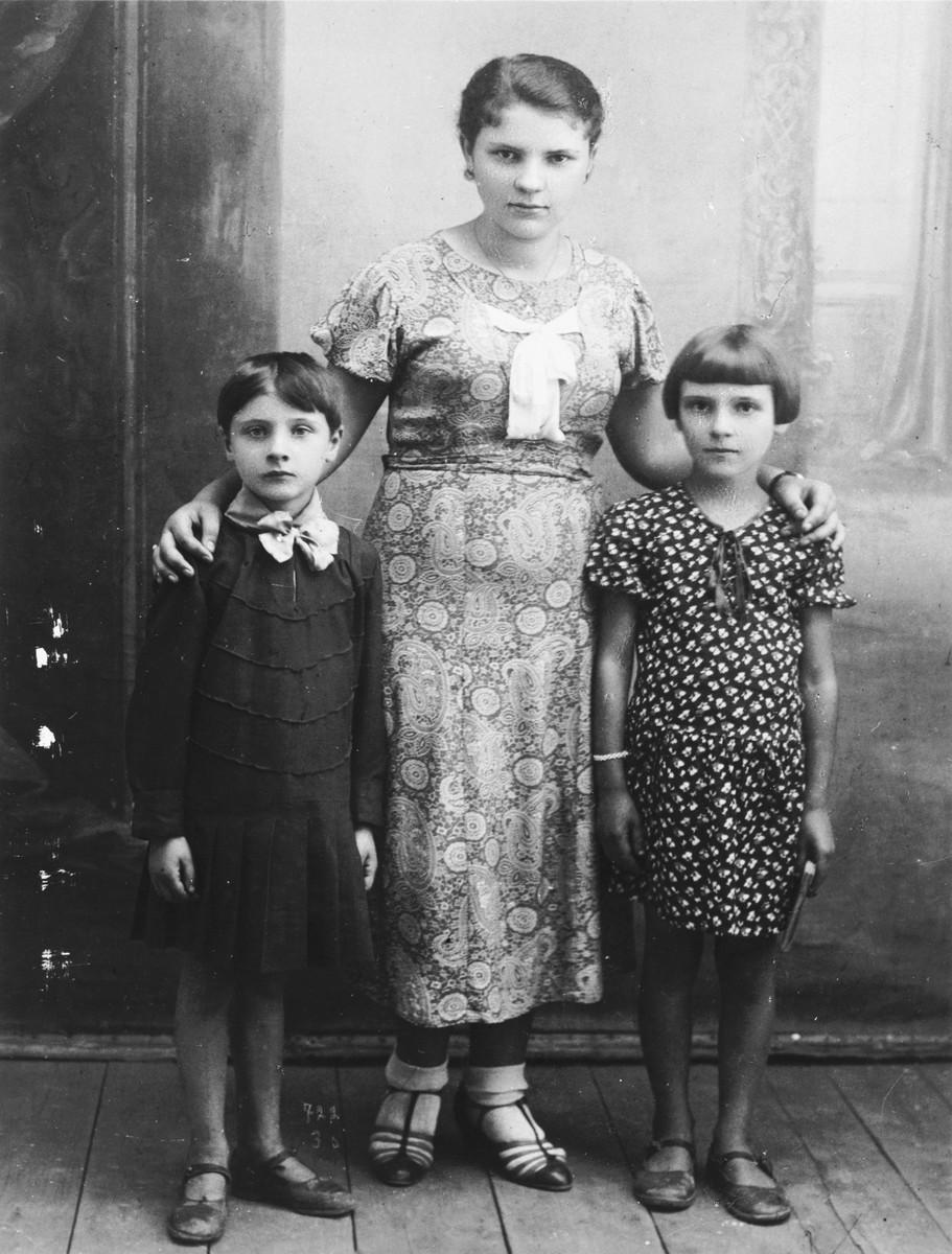 Bluma Kleinhandler (center) poses with her cousins Zosa (right) and Pesele (left) Moszenberg in Chmielnik, Poland.