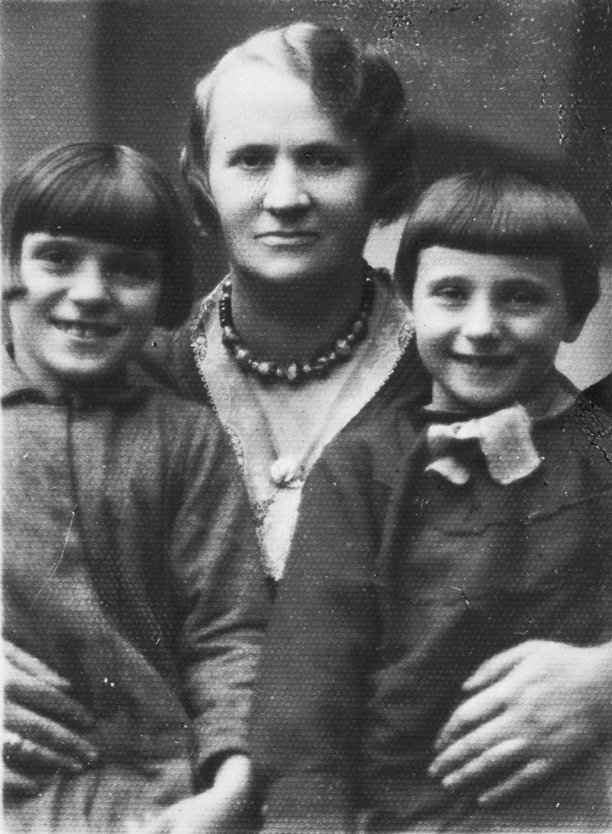 Chaya Kleinhandler poses with her two nieces, Zosa (left) and Pesele (right) Moszenberg in Chmielnik, Poland.