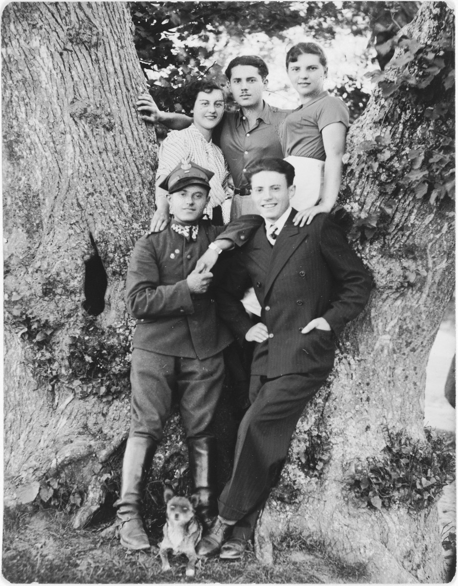 Avram Kleinhandler (in uniform) poses with members of his family during a furlough from the Polish army.  Pictured in the front row from left to right are: Avram and Moshe Kleinhandler; above are: Hela, Leibisz and Bluma Kleinhandler.