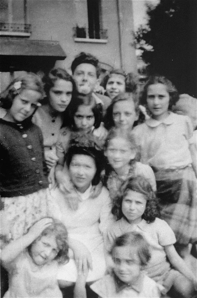 A group of children in front of the OSE Home in Draveil.
