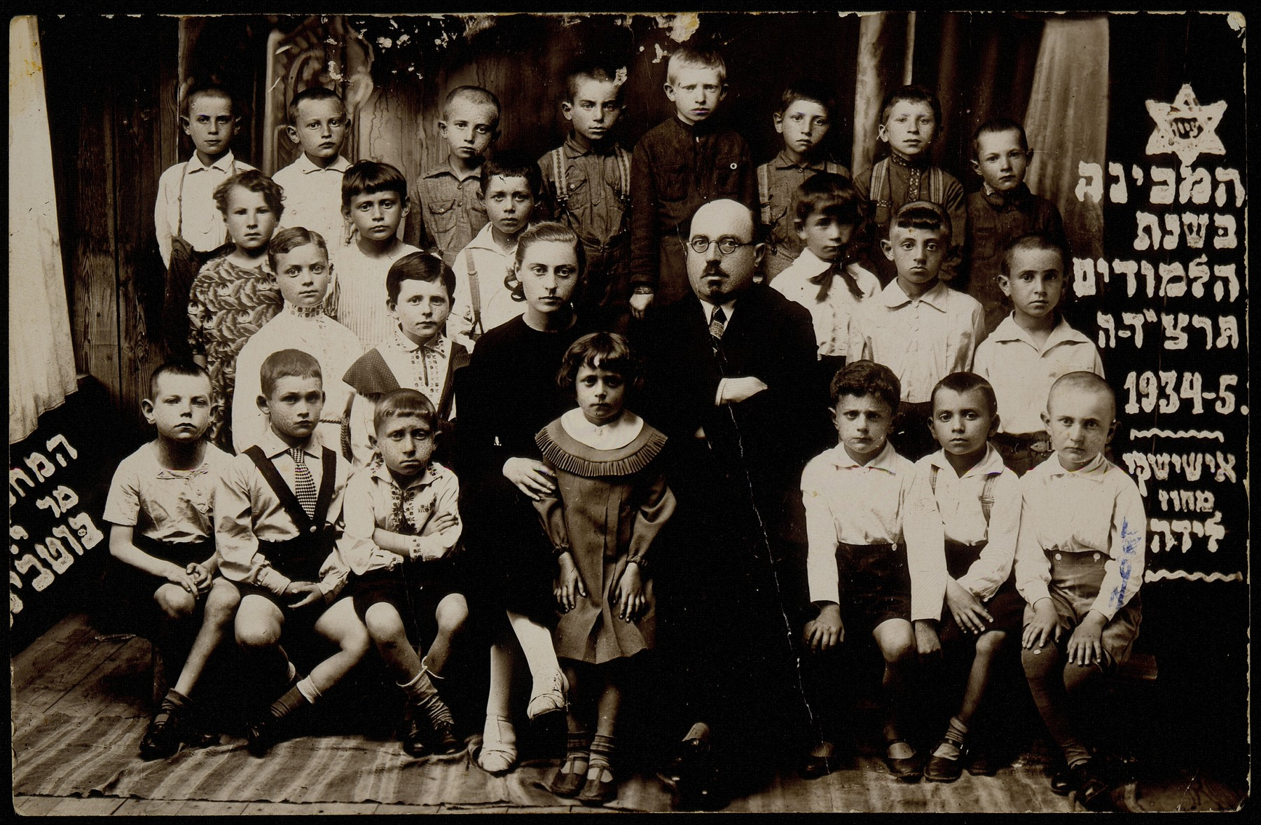 Teachers and students in the Eisiskes Hebrew School.   The principal Moshe Yaakov Botwinik is sitting in the center.  He was murdered in the Radun ghetto on May 10, 1942.