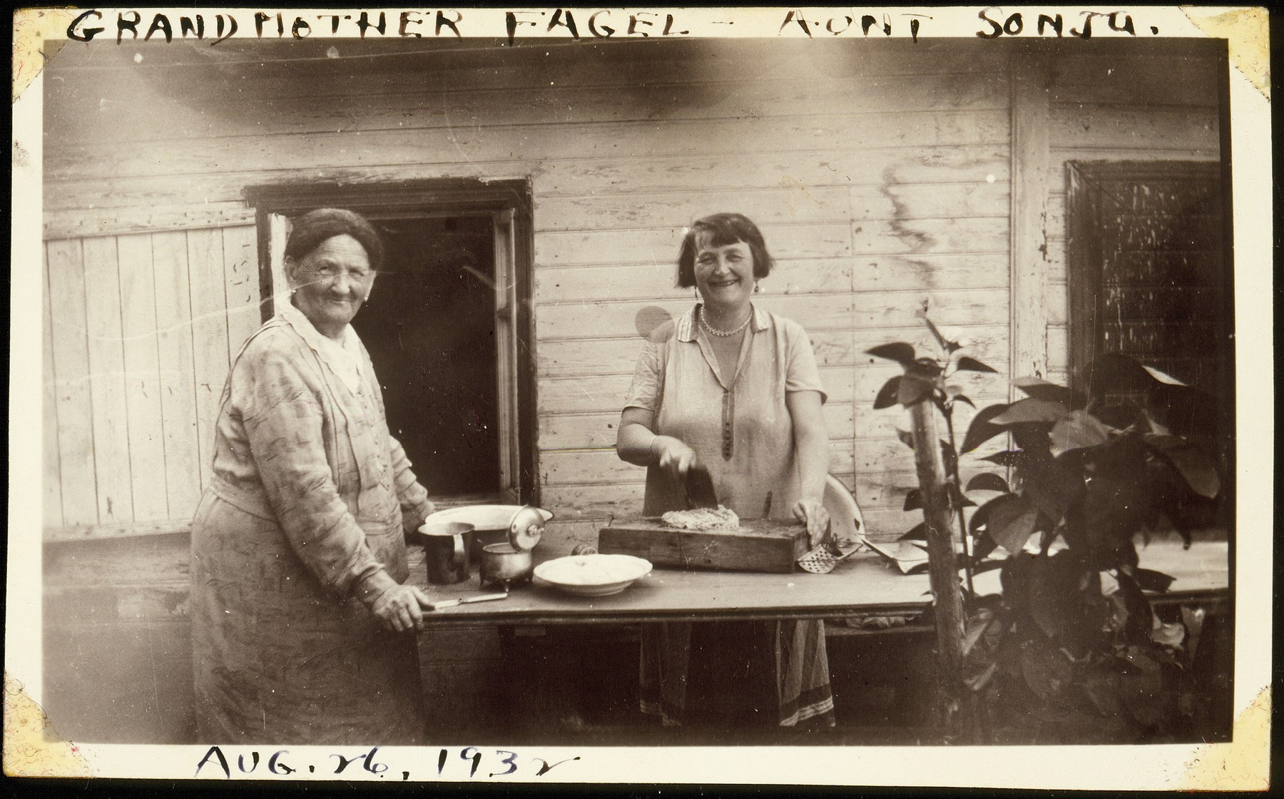 Feige Virshubski prepares a meal with her daughter, Sonia Saposnikow.