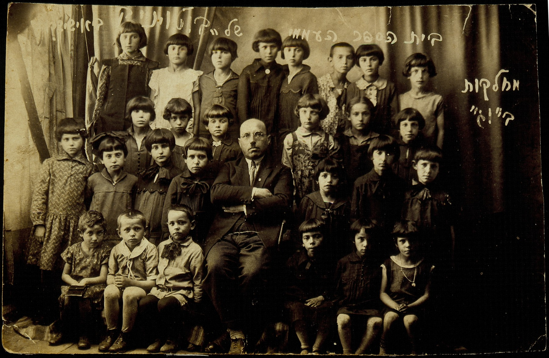 Elementary school class photo in Eisiskes.    Seated in the center is the principal Moshe Yaakov Botwinik.